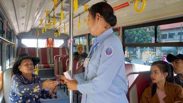 Vì sao người cao tuổi từ chối ưu tiên xe buýt? - Ảnh 1.