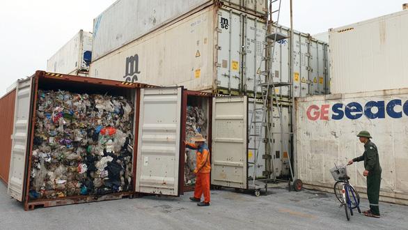 Rác thế giới đổ về Việt Nam: Có gì bên trong container phế liệu? - Ảnh 1.