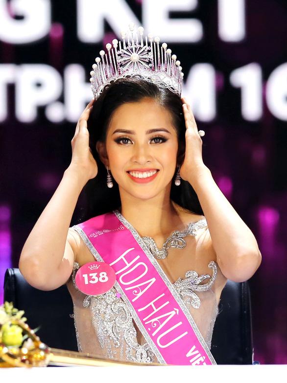 Hoa hậu Trần Tiểu Vy: Cha mẹ là tấm gương giúp tôi sống chân thành - Ảnh 1.