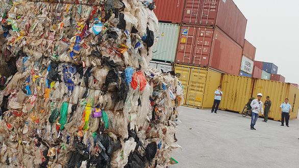 Nhập khẩu rác về Việt Nam bằng giấy tờ giả - Ảnh 1.