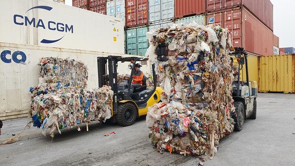 Chặt đứt đường dây nhập khẩu rác về Việt Nam - Ảnh 1.