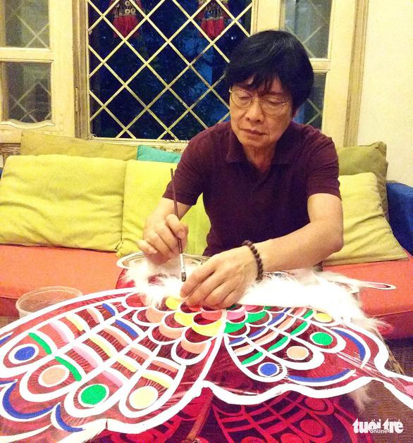 Nghệ sĩ Trịnh Bách phục hồi đèn trung thu xưa - Ảnh 1.