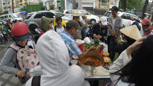 Bán thức ăn không đeo găng tay: phạt đến 1 triệu đồng - Ảnh 1.