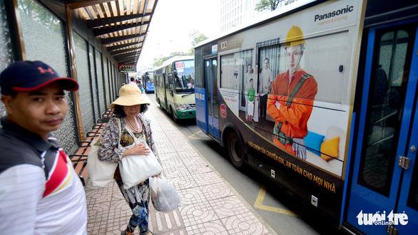 Quảng cáo trên xe buýt ở TP.HCM: Sao không ai mặn mà? - Ảnh 1.