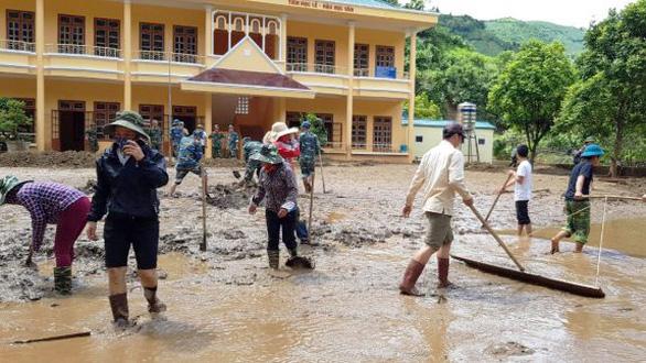 Thầy cô giáo ăn gạo mốc, rau rừng vì mưa lũ - Ảnh 1.