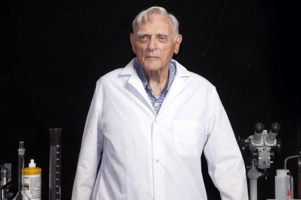 Tiến sĩ 96 tuổi phát triển công nghệ mới giúp sạc pin siêu nhanh - Ảnh 1.