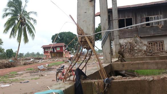 Qua Lào... cứu hộ: Những ngôi làng bị tàn phá - Ảnh 1.