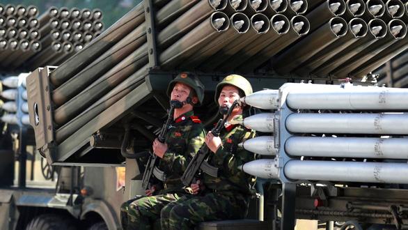 Triều Tiên duyệt binh không có tên lửa đạn đạo - Ảnh 1.