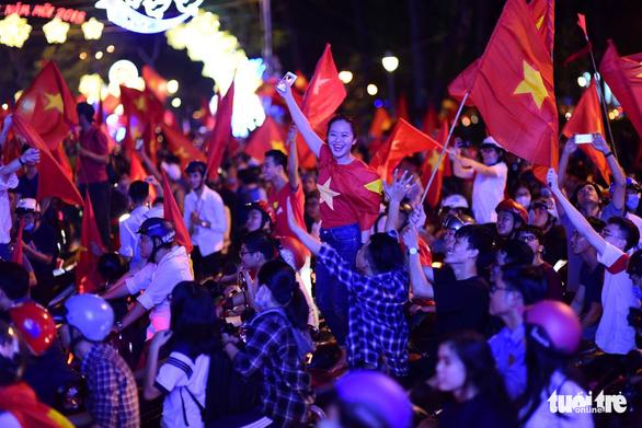 Mỹ Tâm, Đàm Vĩnh Hưng cầm cờ đi bão mừng chiến thắng U-23 VN - Ảnh 6.