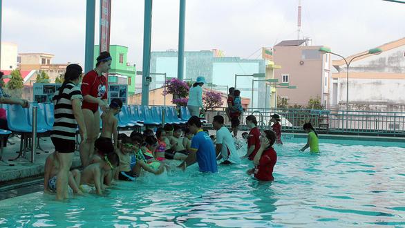 Huấn luyện viên Úc dạy trẻ Việt bơi lội, phòng chống đuối nước - Ảnh 1.