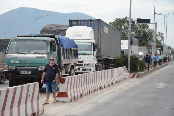 BOT Sông Phan lại xả trạm vì tài xế phản ứng - Ảnh 4.