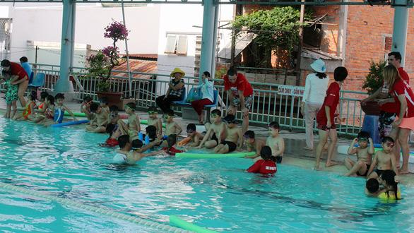 Huấn luyện viên Úc dạy trẻ Việt bơi lội, phòng chống đuối nước - Ảnh 4.