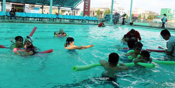 Huấn luyện viên Úc dạy trẻ Việt bơi lội, phòng chống đuối nước - Ảnh 2.