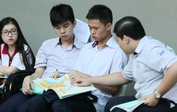 Học trò than đề tham khảo toán, hóa, văn khó nhằn - Ảnh 1.