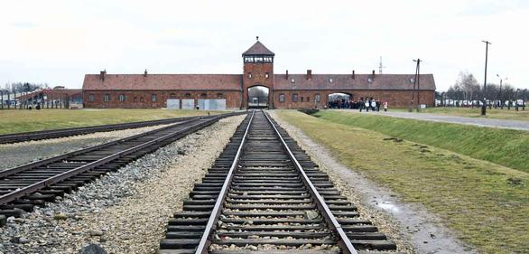 Đi Krakow ghé trại Auschwitz, nhà ma, mỏ muối - Ảnh 1.