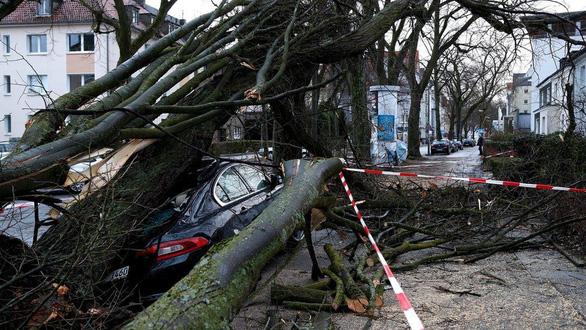 Bão lớn đổ vào châu Âu, ít nhất 8 người đã thiệt mạng - Ảnh 2.