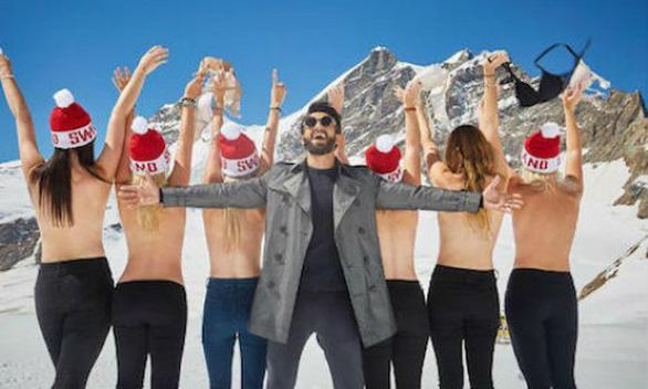 Phụ nữ mặc bikini tắm tuyết - Ảnh 1.