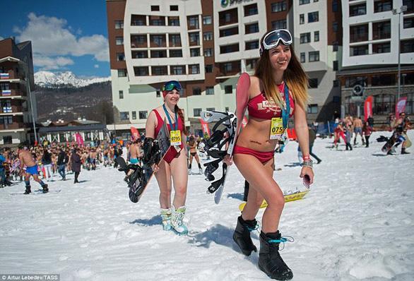 Phụ nữ mặc bikini tắm tuyết - Ảnh 2.