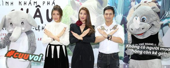 Phan Anh, Phạm Hương, Lệ Hằng chiếu phim bảo vệ voi, tê giác - Ảnh 1.