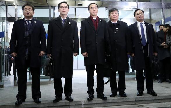 Đại diện liên Triều gặp nhau, tay bắt mặt mừng - Ảnh 5.