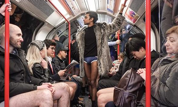 Nam thanh nữ tú diện quần lót đi tàu điện cho vui - Ảnh 7.
