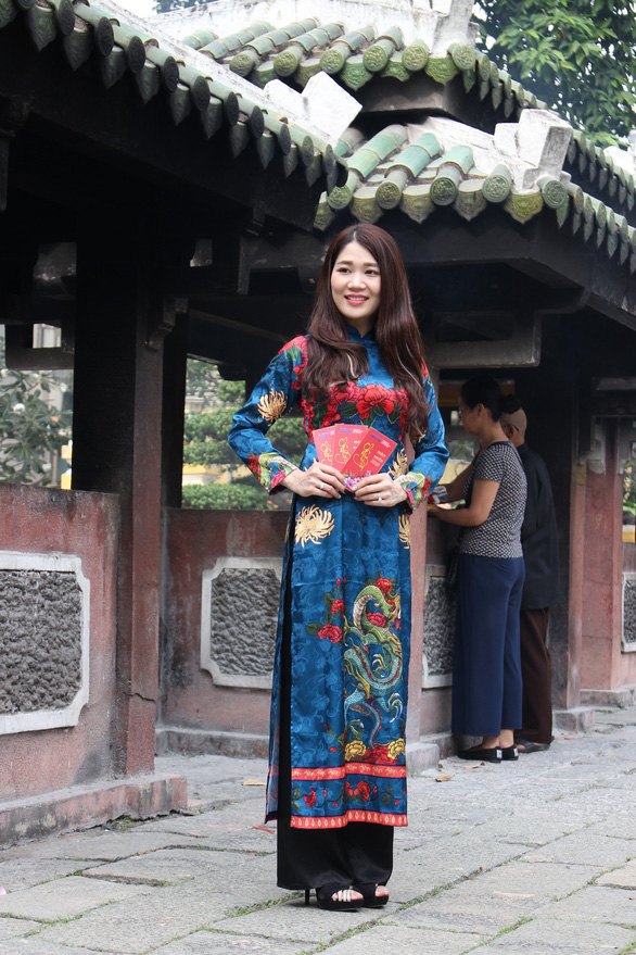 Nam thanh nữ tú Sài Gòn rực rỡ chụp ảnh áo dài đón Tết - Ảnh 1.