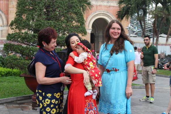Nam thanh nữ tú Sài Gòn rực rỡ chụp ảnh áo dài đón Tết - Ảnh 12.
