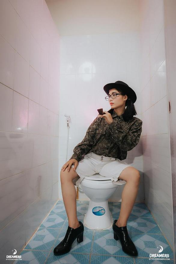 Sinh viên nhân văn chất ngất ngây trong ảnh kỷ yếu tại nhà vệ sinh - Ảnh 11.