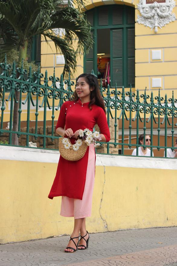 Nam thanh nữ tú Sài Gòn rực rỡ chụp ảnh áo dài đón Tết - Ảnh 2.