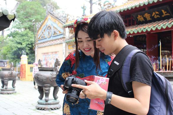 Nam thanh nữ tú Sài Gòn rực rỡ chụp ảnh áo dài đón Tết - Ảnh 3.