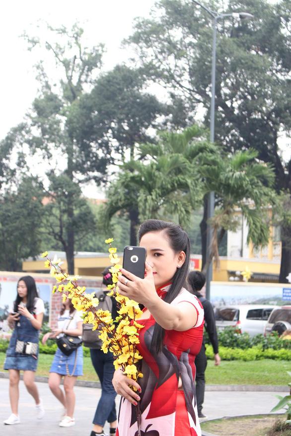 Nam thanh nữ tú Sài Gòn rực rỡ chụp ảnh áo dài đón Tết - Ảnh 6.