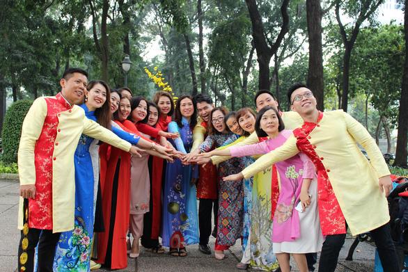 Nam thanh nữ tú Sài Gòn rực rỡ chụp ảnh áo dài đón Tết - Ảnh 7.
