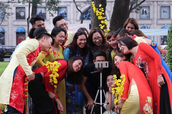 Nam thanh nữ tú Sài Gòn rực rỡ chụp ảnh áo dài đón Tết - Ảnh 9.