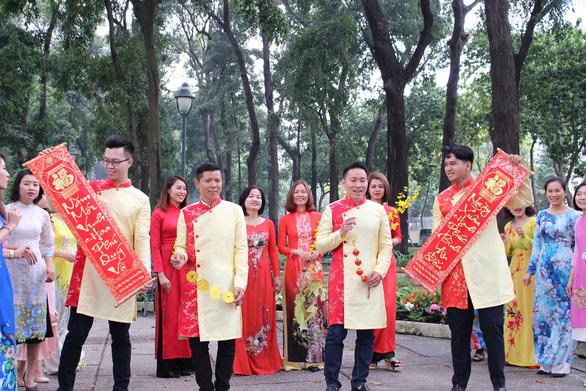 Nam thanh nữ tú Sài Gòn rực rỡ chụp ảnh áo dài đón Tết - Ảnh 10.