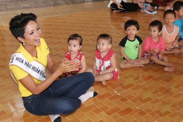 Hoa hậu H'Hen Niê giản dị trong chuyến đi từ thiện đầu tiên - Ảnh 7.