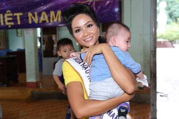 Hoa hậu H'Hen Niê giản dị trong chuyến đi từ thiện đầu tiên - Ảnh 1.