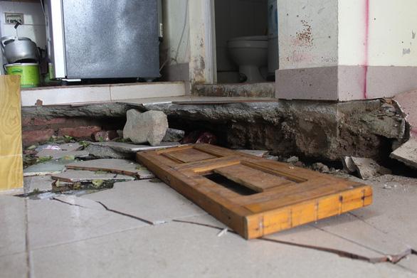 Nơm nớp sống trong chung cư xuống cấp - Ảnh 8.