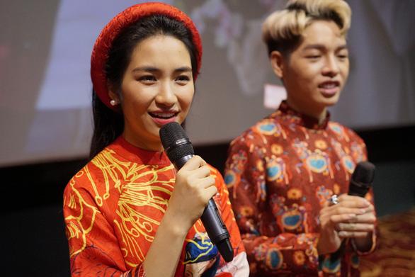 Đức Phúc, Hòa Minzy chọc ghẹo khán giả khi ra mắt MV Tết - Ảnh 1.