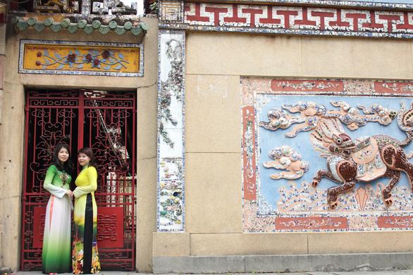 Nam thanh nữ tú Sài Gòn rực rỡ chụp ảnh áo dài đón Tết - Ảnh 5.