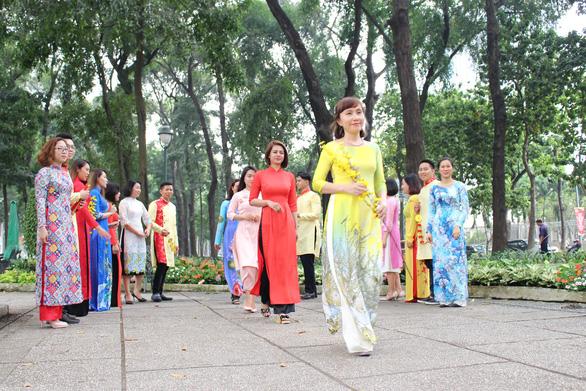 Nam thanh nữ tú Sài Gòn rực rỡ chụp ảnh áo dài đón Tết - Ảnh 8.