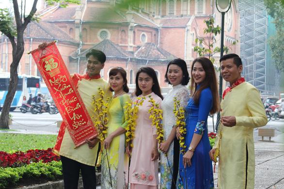 Nam thanh nữ tú Sài Gòn rực rỡ chụp ảnh áo dài đón Tết - Ảnh 11.