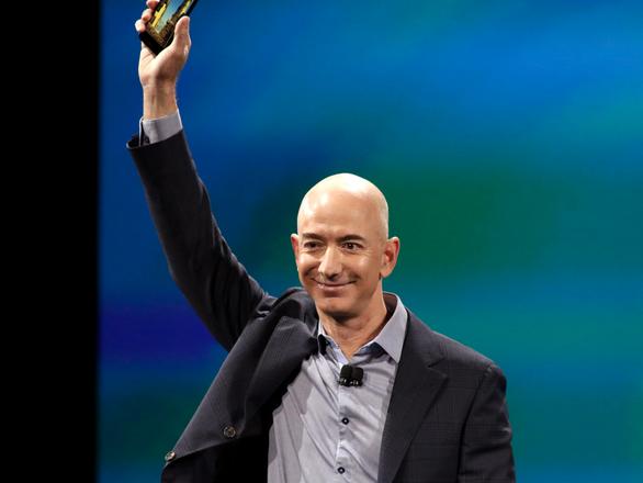Sở hữu hơn 100 tỉ USD, ông chủ Amazon là tỷ phú giàu nhất mọi thời đại - Ảnh 1.