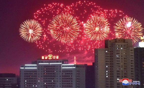 Dân Triều Tiên không ăn tết Dương lịch mà ăn mừng năm Juche 107 - Ảnh 2.