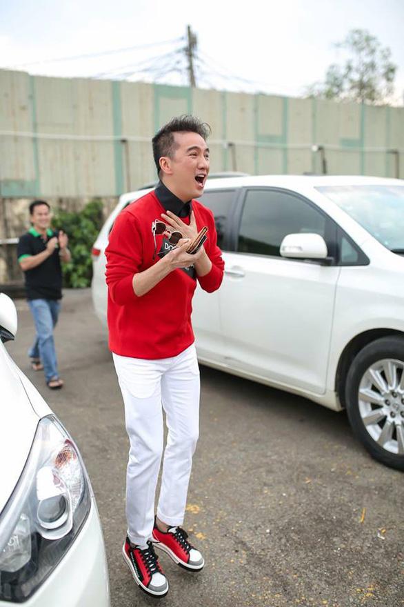 Mỹ Tâm, Đàm Vĩnh Hưng cầm cờ đi bão mừng chiến thắng U-23 VN - Ảnh 9.