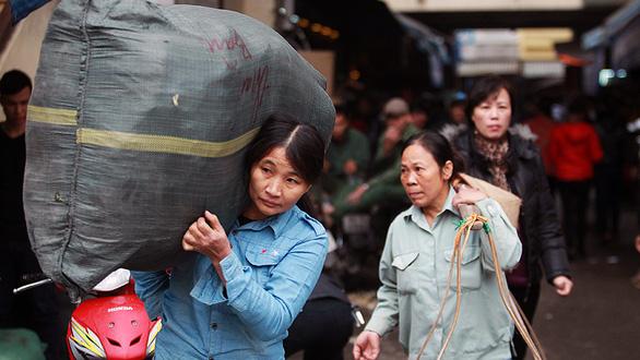 Dòng di cư từ nông thôn đổ về, đô thị lớn gánh áp lực quá tải - Ảnh 1.