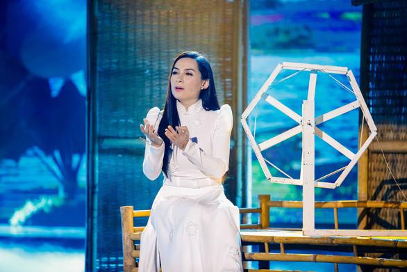 Phi Nhung phản hồi tin bị bắt, Sơn Tùng bị chê như mặc váy - Ảnh 2.