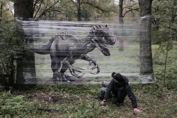Vẽ khủng long như thật trên màng nhựa trong suốt - Ảnh 1.
