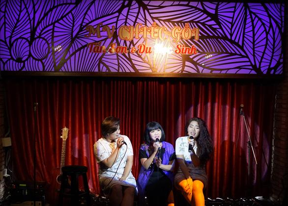 Ca sĩ Cẩm Vân mừng Dương Tấn Sơn ra mắt MV Chiếc gối - Ảnh 1.
