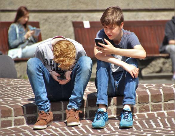 Trẻ em ngày càng lạm dụng iPhone quá mức - Ảnh 1.