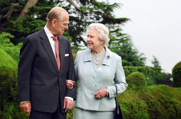 Tình yêu khăng khít suốt 7 thập kỷ của vợ chồng Nữ hoàng Anh - Ảnh 1.